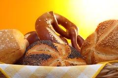 Pretzel et pains dans la corbeille à pain image stock