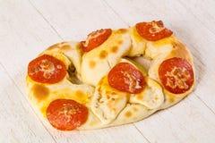 Pretzel met salami stock afbeeldingen
