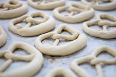 Pretzel o pasta fresco de Brezel en la bandeja del panadero Imagen de archivo libre de regalías