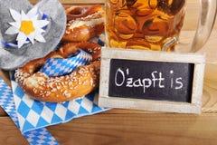Pretzel suave bávaro de Oktoberfest con la cerveza imagen de archivo