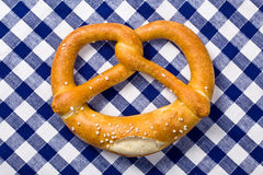 Pretzel sur la serviette checkered Images libres de droits