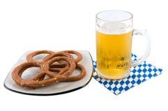 Pretzel, um guardanapo e um vidro da cerveja. fotografia de stock royalty free