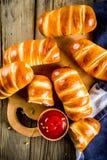 Pretzel verpakte hotdogs met worsten royalty-vrije stock fotografie