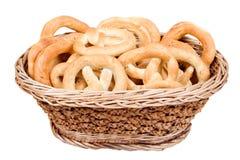 Pretzeles en cesta Imagen de archivo libre de regalías