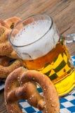 Pretzeles y cerveza hechos en casa Fotografía de archivo