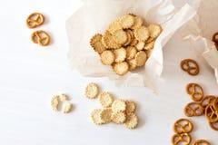 Pretzeles y galletas en la tabla de madera desde arriba Foto de archivo