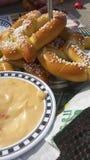 Pretzeles y queso Imágenes de archivo libres de regalías