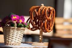 Pretzels και λουλούδια Στοκ εικόνες με δικαίωμα ελεύθερης χρήσης