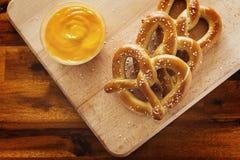Pretzels και τυρί Στοκ Εικόνες