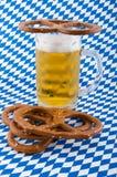 Pretzels en bier. Stock Afbeeldingen