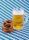 Pretzels en bier. Stock Foto's