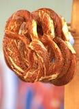 Pretzels, met peper worden bestrooid, die in een bakkerij hangen die stock foto