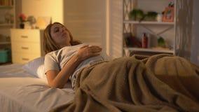 Prevedendo caduta della donna addormentata a letto, resto facente un sonnellino, stanchezza di gravidanza, salute stock footage