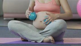 Prevedendo il rotolamento della donna massaggi le palle sopra lo stomaco, la terapia di rilassamento, cura del corpo archivi video