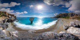 Preveli海滩全景在利比亚海、河和棕榈森林,南克利特的 免版税库存照片