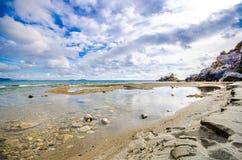 Preveli海滩全景在利比亚海、河和棕榈森林,南克利特的 库存照片