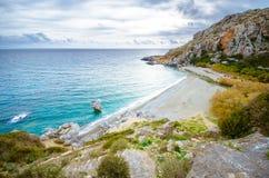 Preveli海滩全景在利比亚海、河和棕榈森林,南克利特的 免版税库存图片