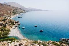 Preveli plaża przy Libijskim morzem, zatoką z statkami i górami, Crete, Grecja obraz royalty free