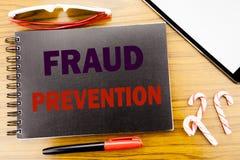 Prevenção de fraude do texto do anúncio da escrita Conceito do negócio para a proteção do crime escrita no livro do caderno do bl Fotos de Stock