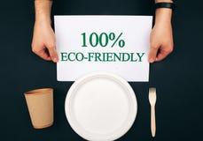 Prevención de contaminación Papel con la palabra respetuosa del medio ambiente cerca de la placa de papel, de la taza y de la bif fotos de archivo