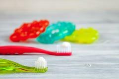 Preventie en zorg van kinderen` s tanden houten hoogste mening als achtergrond stock afbeelding
