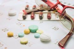 Preventivpiller och kalender Royaltyfria Bilder
