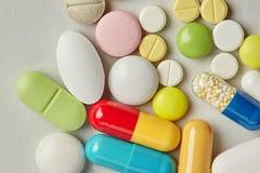 Preventivpillerapoteksamling på pappers- bakgrund Färgrika olika formatsorter förgiftar antibiotisk makrosikt Arkivbilder