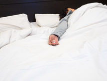 Preventivpillerar för Closeup 2 i höga kvinnas hand, som sova i sängen royaltyfri bild