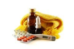 Preventivpillerar för förkylningar och influensa på vit bakgrund Arkivfoto