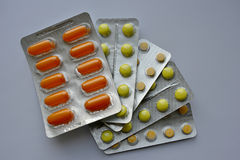 Preventivpillerar - guling och apelsin Arkivfoto