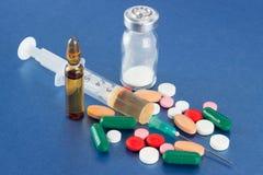 Preventivpillerar, injektionsspruta, liten medicinflaska och ampull arkivfoton