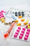 Preventivpillerar, injektionssprutor och ampules Royaltyfria Bilder