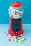 Preventivpillerar med lyckliga framsidor Royaltyfria Bilder