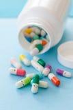 Preventivpillerar med lyckliga framsidor Arkivfoto