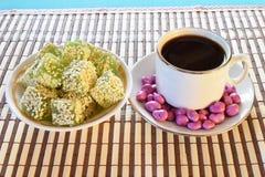 Preventivpillerar och marmelad för en kopp kaffe med sesam Arkivbilder