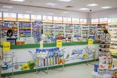 Preventivpillerar och mediciner i apotek Bulgarien Varna 11 03 2018 royaltyfri bild