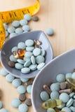 Preventivpillerar och multivitamins Royaltyfri Foto