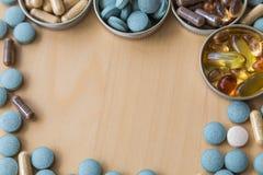 Preventivpillerar och multivitamins Arkivbilder