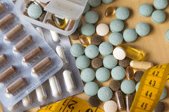 Preventivpillerar och multivitamins Arkivbild