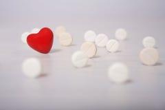 Preventivpillerar och röd hjärta Arkivfoto