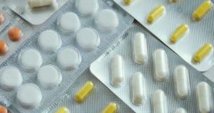Preventivpillerar och vända för droger Medicin, preventivpillerar och minnestavlor med att vända för blåsapackar Slut upp av mång arkivfilmer