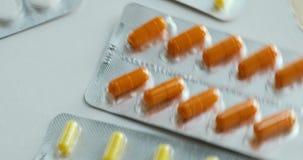 Preventivpillerar och vända för droger Medicin, preventivpillerar och minnestavlor med blåsapackar som vänder i en sömlös ögla Me stock video