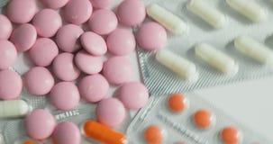 Preventivpillerar och vända för droger Medicin, preventivpillerar och minnestavlor med blåsapackar som vänder i en sömlös ögla Sl arkivfilmer