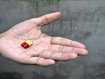 Preventivpillerar på äldre hand Fotografering för Bildbyråer
