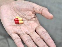 Preventivpillerar på äldre hand Royaltyfri Fotografi