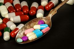 Preventivpillerar på en sked Sale av mediciner Dos av droger Anabola steroider på tabellen royaltyfri bild