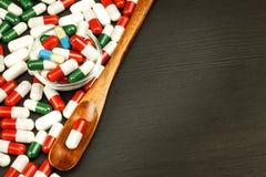 Preventivpillerar på en sked Sale av mediciner Dos av droger Anabola steroider på tabellen royaltyfria bilder