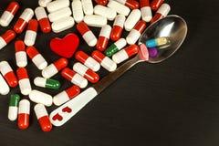 Preventivpillerar på en sked Sale av mediciner Dos av droger Anabola steroider på tabellen fotografering för bildbyråer