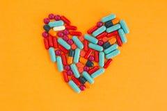 Preventivpillerar som är ordnade i hjärtaform Arkivbild