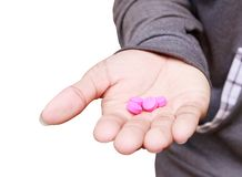 Preventivpillerar som är purpurfärgade i handmannen som isoleras på vit bakgrund och den snabba banan Stoppa drogbruksbegreppet royaltyfria bilder